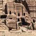 Petra :Via delle Facciate. Queste Tombe sono di stile Assiro ,si crede che esse siano di persone comuni perché più piccole e meno decorate delle altre .