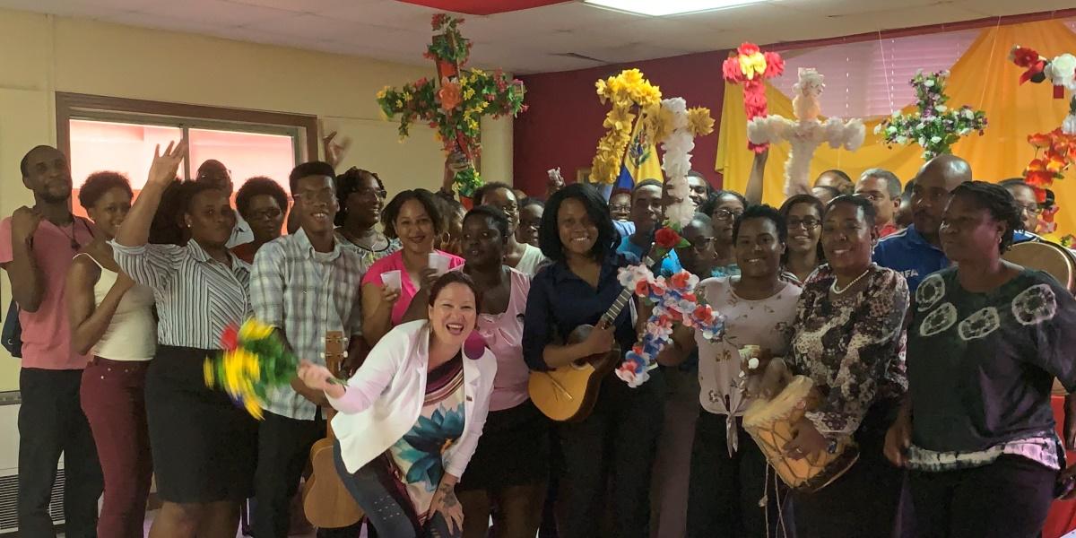 Estudiantes de San Vicente y las Granadinas celebran Velorio de la Cruz de Mayo