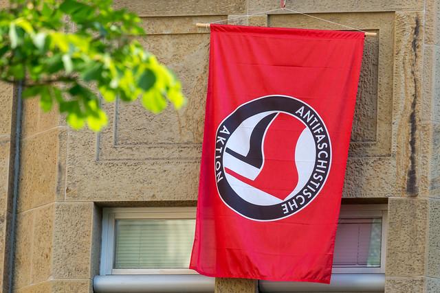 Antifa-Flagge mit dem Aufdruck
