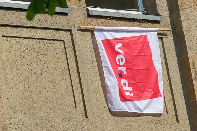 Verdi-Flagge hängt aus einem Fenster an einer Hauswand