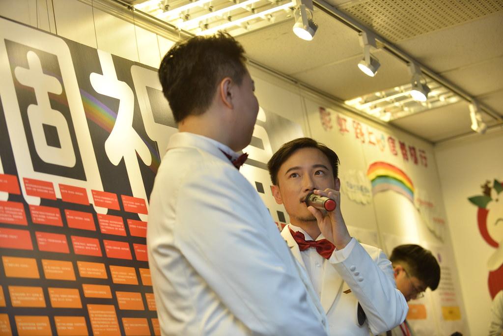 【圖12】大資(Meng-Huan Lin)和鵬鵬(Chun-Peng Chou)在「524個祝福+1」牆面前合影