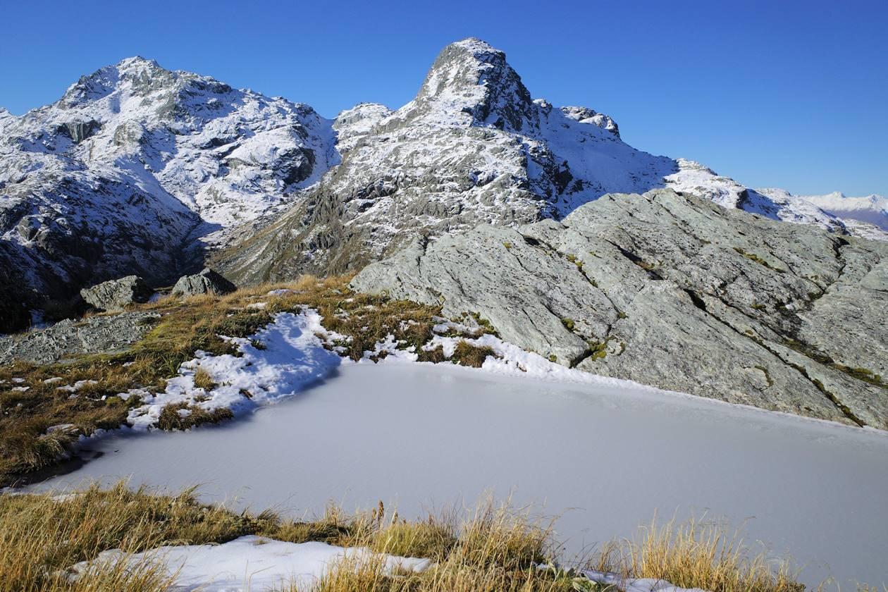 ルートバーントラック コニカルヒル 凍結した池と岩山