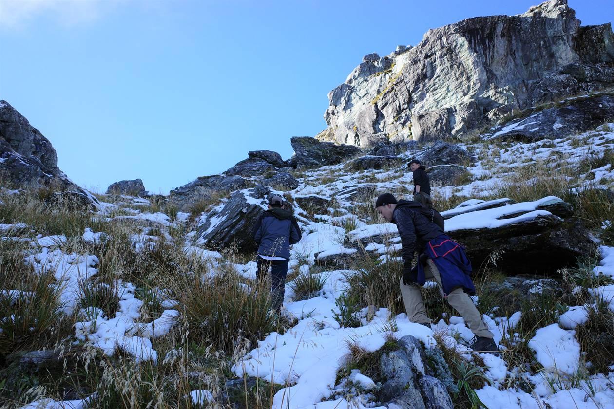 ルートバーントラック コニカルヒルまでの凍結した雪道