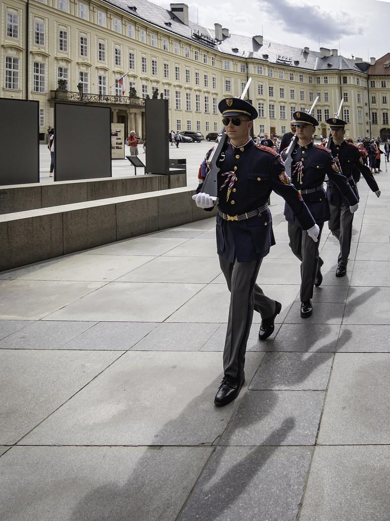 La garde du château de Prague... 47928406472_ccaa2348e3_b