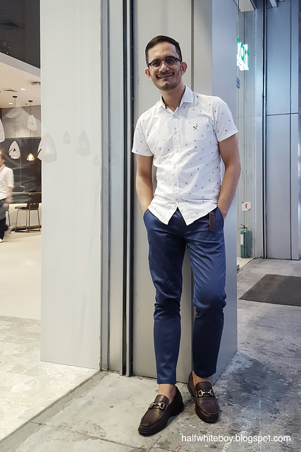 halfwhiteboy - casual office look with short-sleeve shirt with sailboat pattern 03