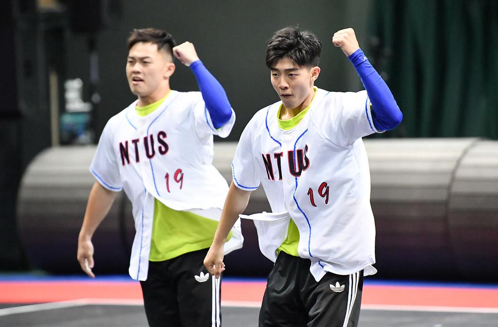 李毅薪與高子恆2018年世界大學啦啦隊錦標賽獲銅牌。(主辦單位提供。)