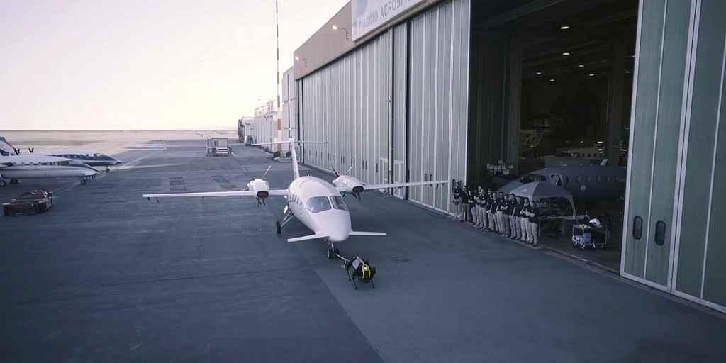 Le robot HyQReal tracte un avion de trois tonnes
