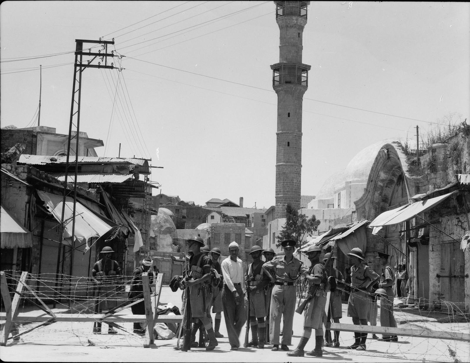 22. Яффо. Войска и полиция охраняют вход в зону разрушения