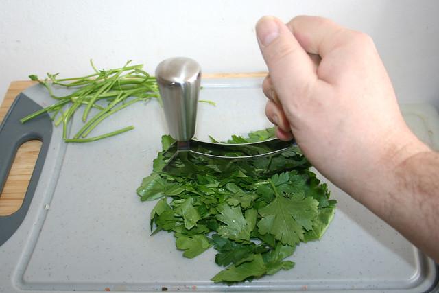 08 - Petersilie zerkleinern / Mince parsley