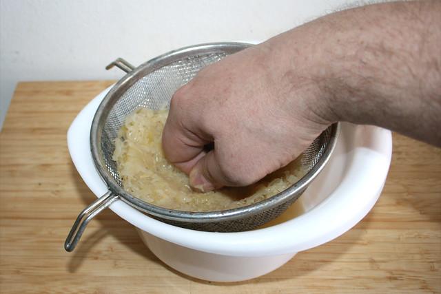 05 - Sauerkraut ausdrücken / Squeeze sauerkraut