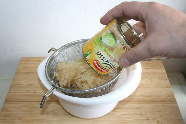 04 - Sauerkraut in Sieb abgießen / Drain sauerkraut in sieve