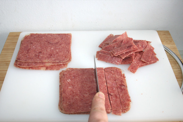 03 - Corned Beef in Streifen schneiden / Cut corned beef in stripes