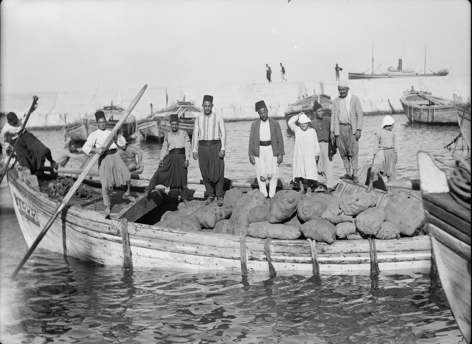 38. Яффо. Первая лодка с припасами высадилась с первого корабля, который разгрузился после начала