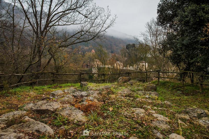 Ruinas ibéricas en el Boscarró con el monasterio de Sant Joan les Fonts al fondo