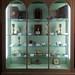 vitrine avec objets pieux