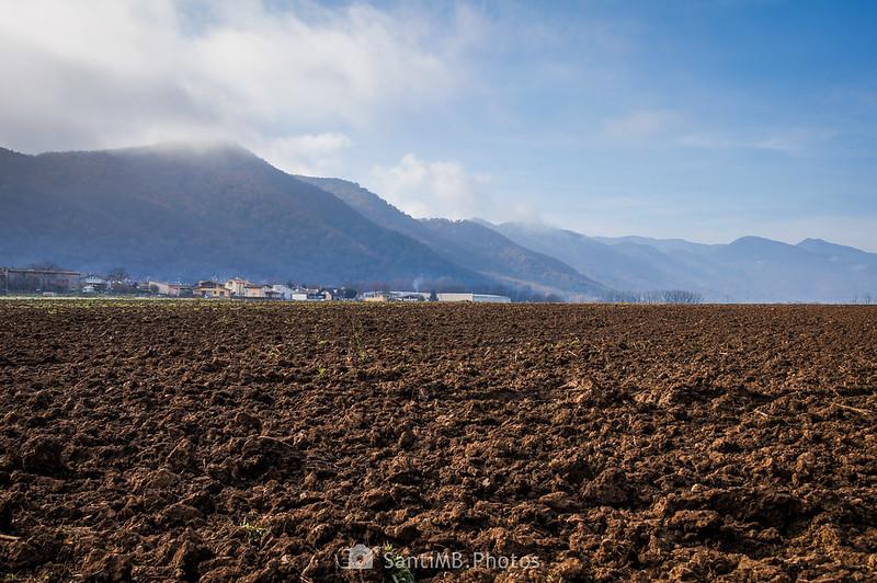 Campo labrado y Serra de Sant Valentí al fondo