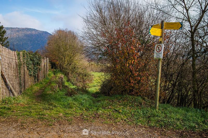 Cruce de la Runta de les Fonts i Verlets detrás de Can Rabert Nou