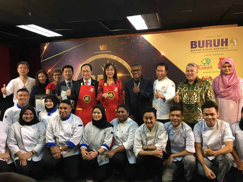 Group foto bersama Pengarah Chew Han Tah(dari kiri 1),  YB Teresa Kok, Menteri Industri Utama (tengah), Encik Seelan Paul, Ketua Pegawai Eksekutif Ripple (tengah), Chef Martin Yan (dari kanan 3) _ Datuk Chef Wan (dari kanan 2)