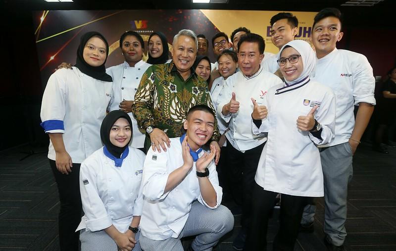 Para peserta Raja Sawit bergambar dengan mentor Datuk Chef Wan _ Chef Martin Yan