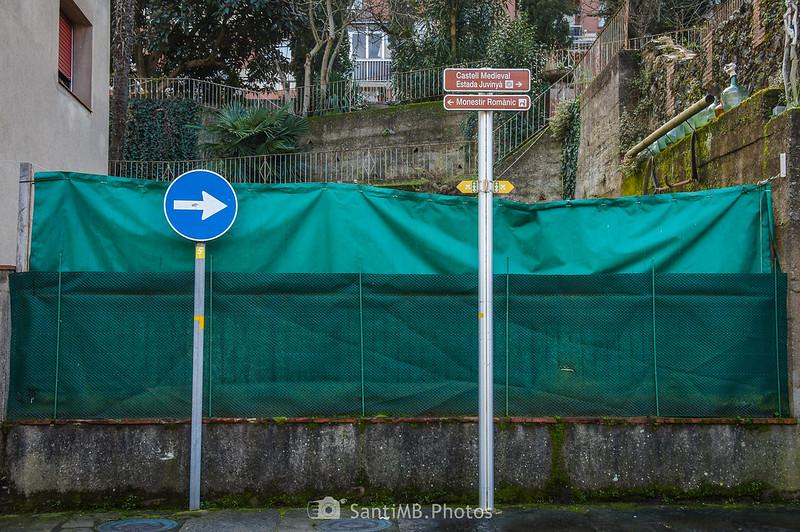 Indicaciones a la Estada Juvinyà en la calle mayor de Sant Joan les Fonts