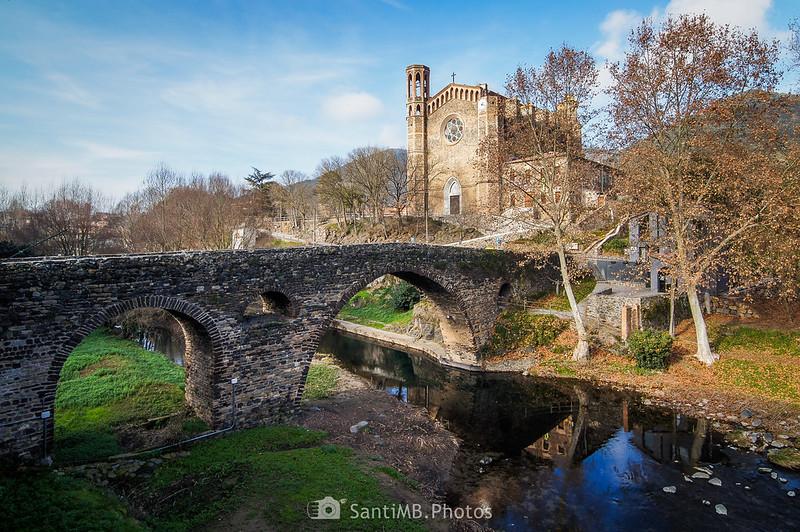 Puente medieval e iglesia parroquial de Sant Joan les Fonts
