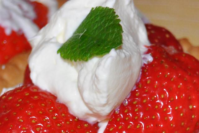 Blitz-Dessert zur Erdbeerzeit: Erdbeer-Tartelettes aus fertigen Teigböden, Erdbeeren, Sahne, Minzblatt ... Foto: Brigitte Stolle