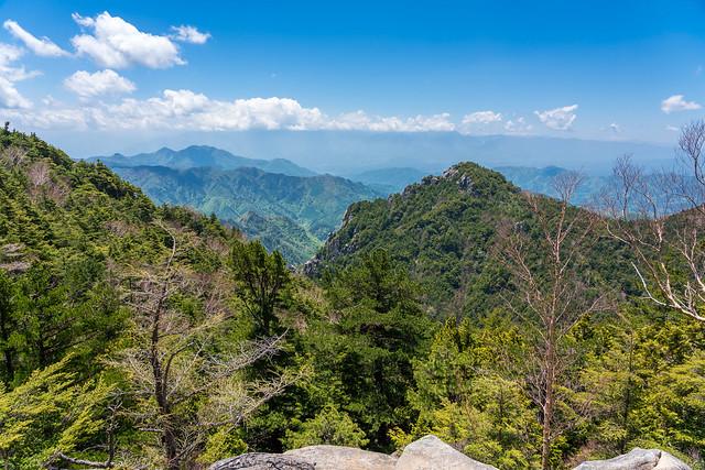 鷹見岩の左奥に茅ヶ岳