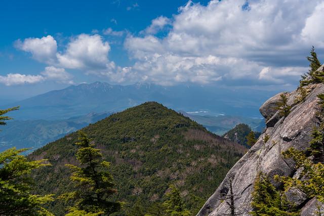 飯盛山の背後に八ヶ岳連峰