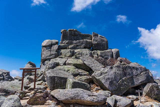 山頂直下の五丈石