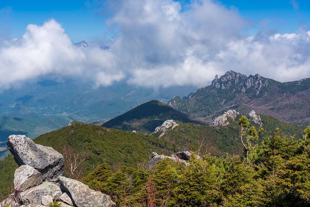 瑞牆山と雲間から赤岳@森林限界
