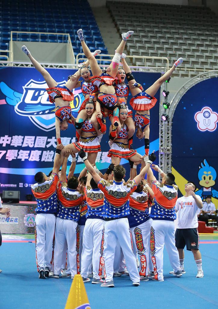 世新大學拿回大專啦啦隊公開男女混合團體組冠軍。(主辦單位提供)