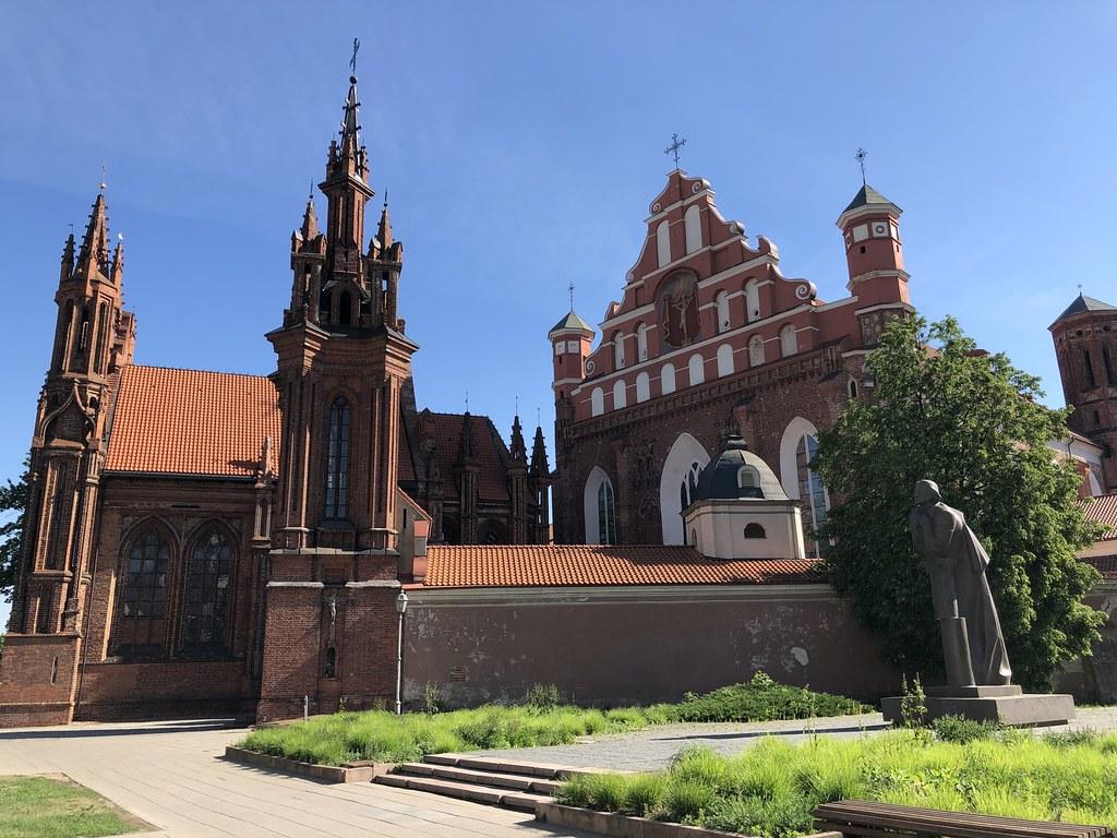 Pyhän Annan kirkko (1500) ja heti sen vieressä Pyhän Bernadin kirkko (1516)