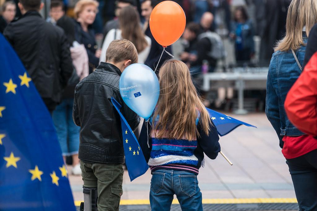 Kinder mit Europaflaggen und Luftballons