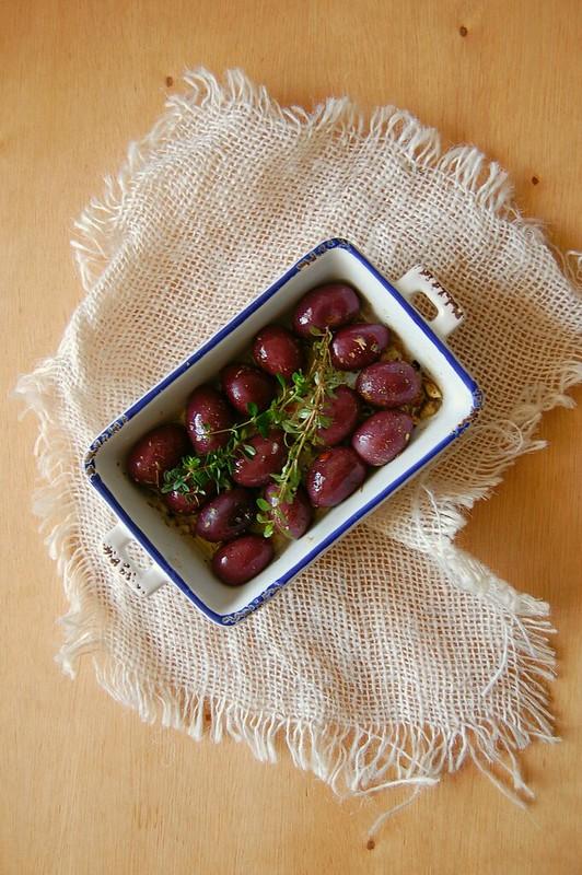 Frango à milanesa de forno com salada de berinjela e tomate