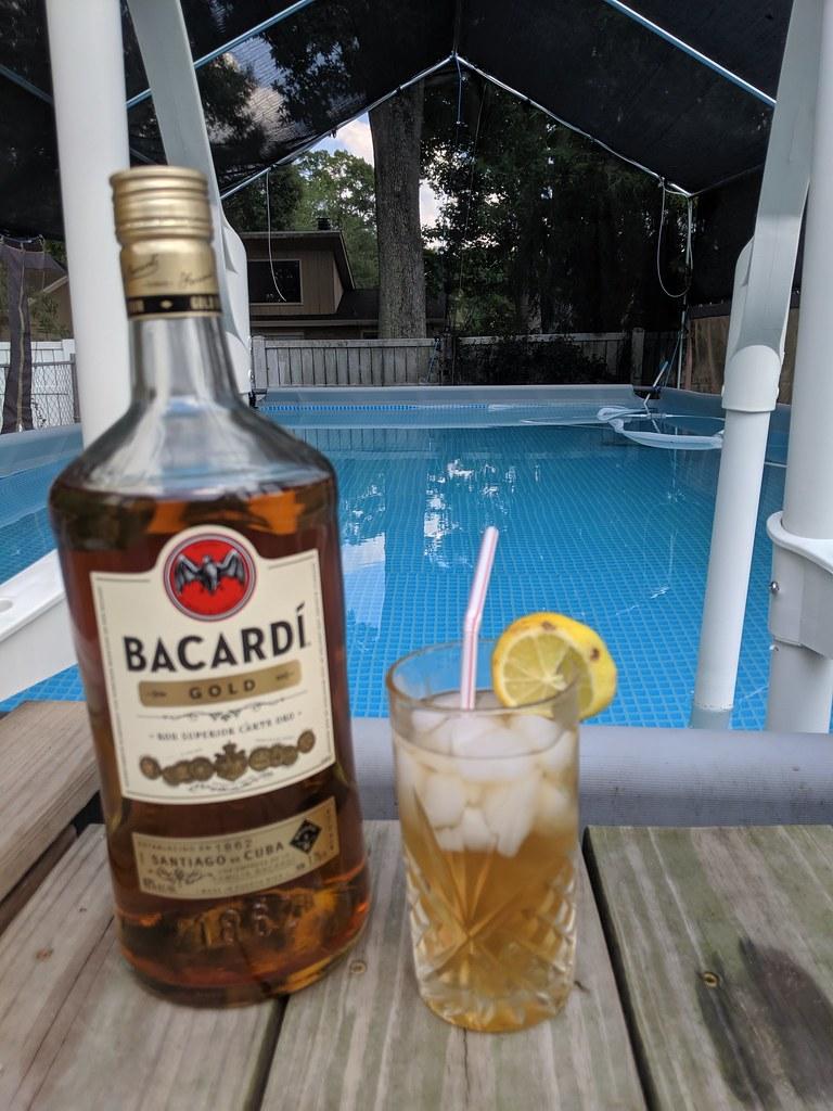 Бакарди с лимоном и купание в прозрачной воде.
