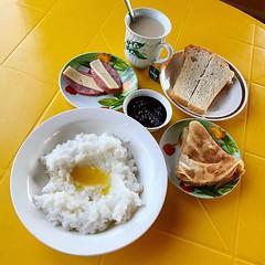 來到伊爾庫茨克不算無啖好食,自製煙三文魚夾麵包也很豐富,但我更愛當地的傳統早餐,亞風稀飯一點都不陌生,火腿芝士也很常見,倒是布里亞特餅配酸甜美味的紅莓醬,實在太好吃了!【浪遊旅人】http://bit.ly/1zmJ36B #bacpackerjim #morning #breakfast #hotel #MelodiaOlkhona #lake #baikal #khuzhir #irkutsk #Ирку́тск #siberia #russia #россия #北途三國貝加爾