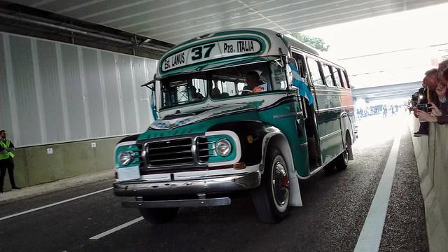 Inauguración del Paseo del Bajo  Desfile de vehículos antiguos