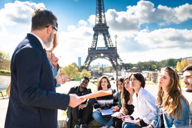 Embaixada da França oferece mais de 60 bolsas para universitários
