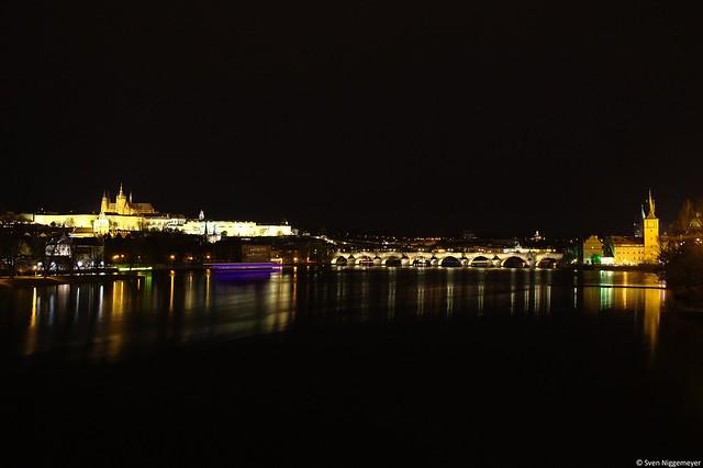 Karlsbrücke und Prager Burg in Tschechiens Hauptstadt Prag am 14.11.15