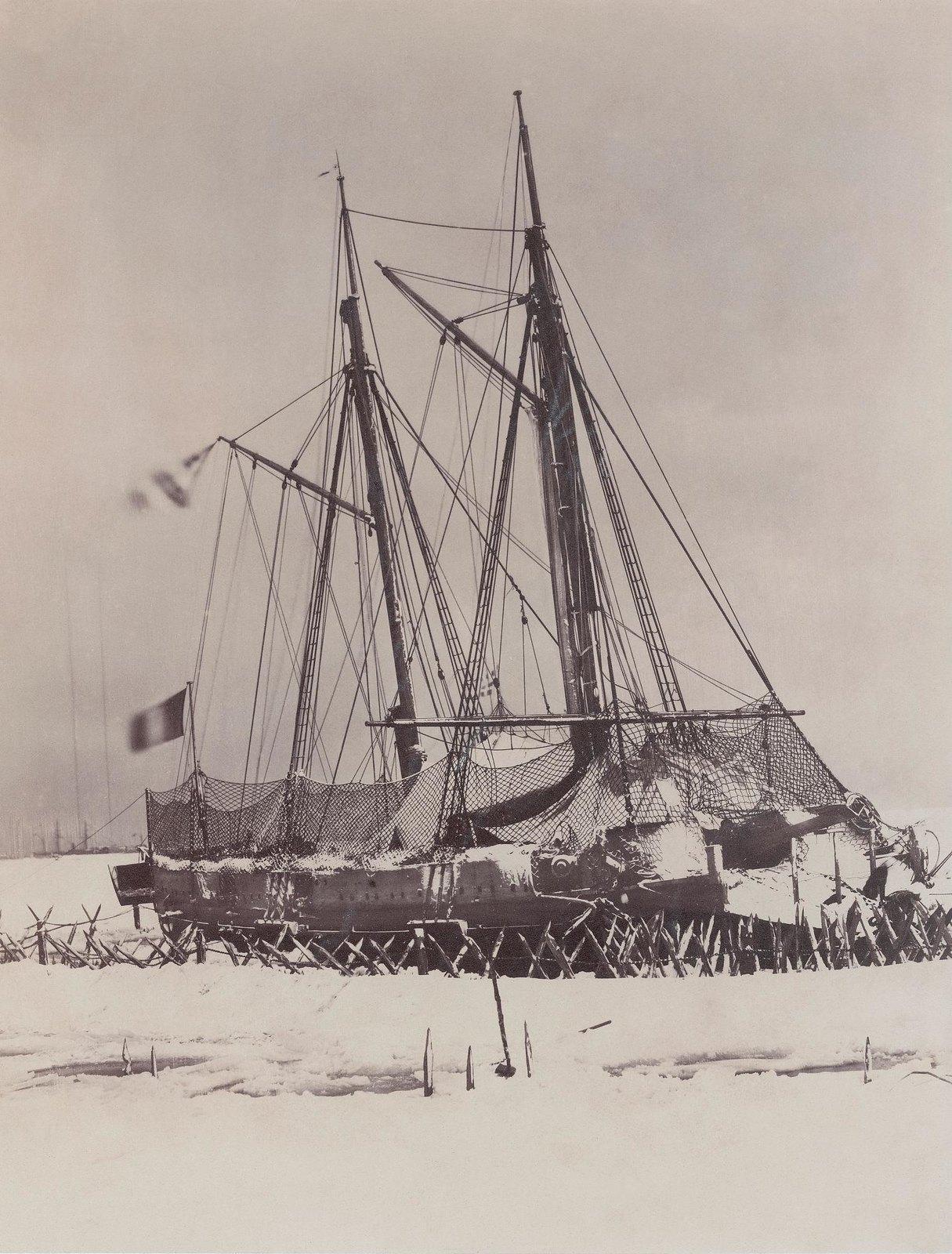 1856. Французский военный корабль Meutriere оказался в ледяной ловушке во время Крымской войны