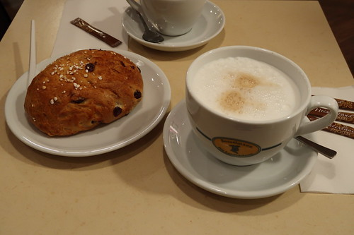 Milchkaffee und süßes Brötchen (bei Bosselmann im Hauptbahnhof Hannover)