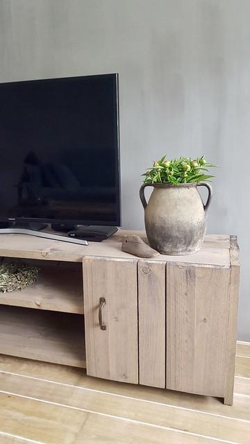 Kruik met tulpen op tv meubel