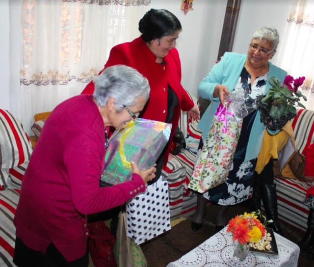 Pastoras del Sector 15 visitan a pastora Luz Rodríguez, vda. de Valdebenito
