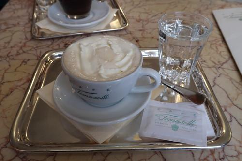 Melange im Café Tomaselli