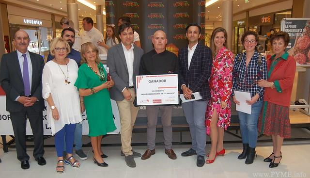 Manuel Mesón, ganador del VII concurso 'la Mejor hamburguesa de Salamanca' junto a miembros del jurado, organizadores y colaboradores.