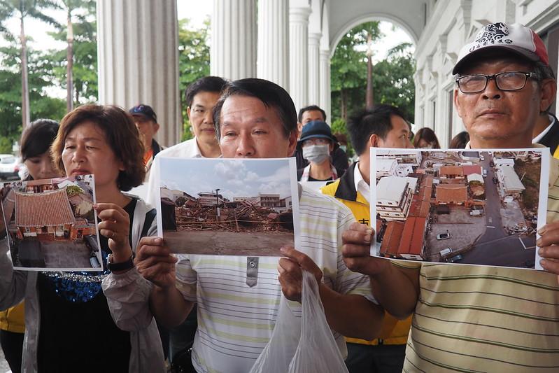 劉家後代27日到市議會陳情,要求搶救遭拆的古厝,保存高雄歷史文化。攝影:李育琴。