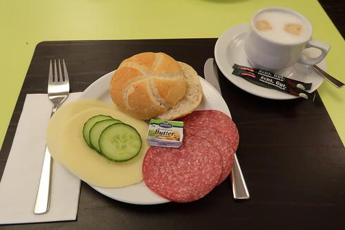 Semmel mit Salami und Käse zum Milchkaffee