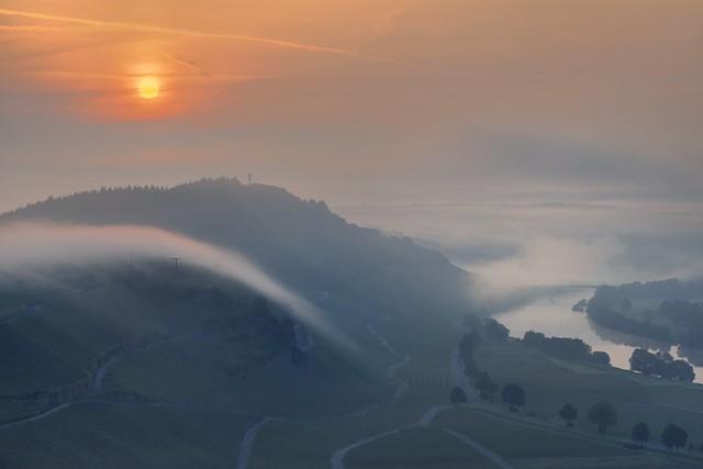 *Mosellandschaft zwischen Sonne und Nebel*