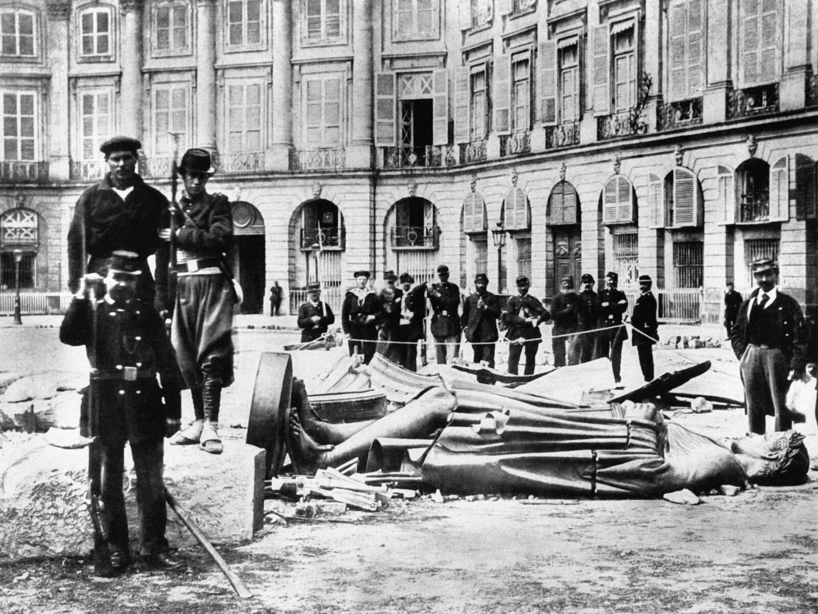 1871. Статуя Наполеона на земле после разрушения Вандомской колонны, 16 мая