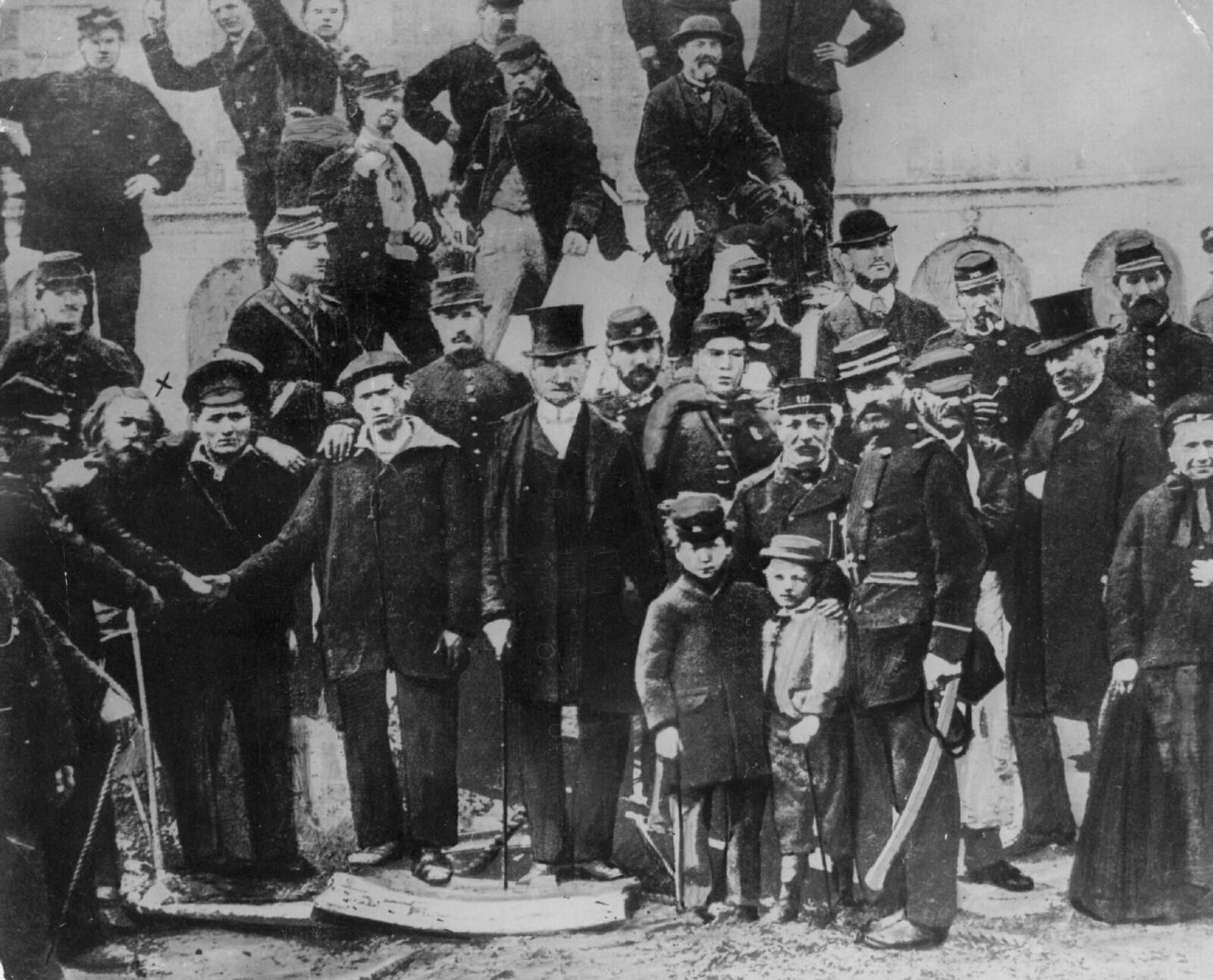 1871. Моряки участвуют в сносе Вандомской колонны в Париже по приказу Парижской Коммуны